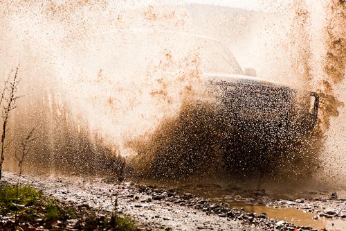 Canon Off Road Trip, Foto Jeep trecind prin apa